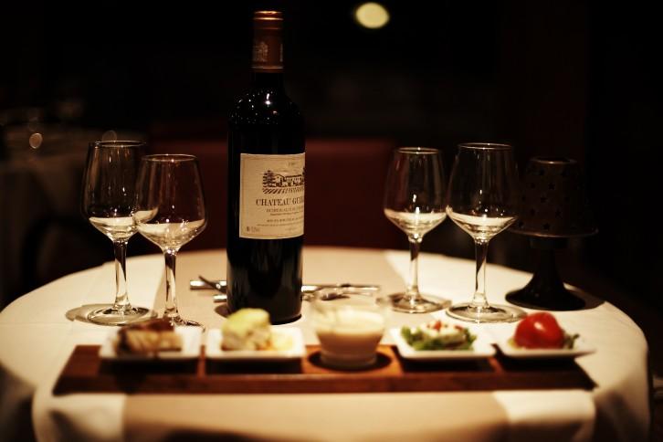 L\'assortiment d\'entrées accompagné de vin
